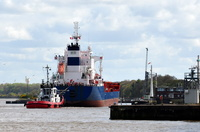 Mississippi Star entering Eastham Lock assisted by Zeebrugge